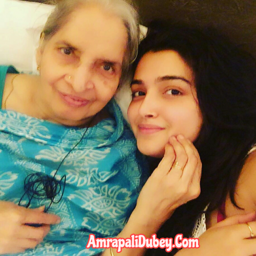 Amrapali Dubey family photo